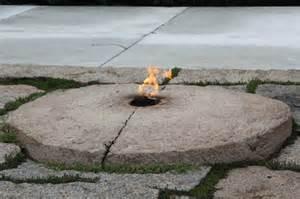 2013年装修后阿灵顿国家公墓约翰•F•肯尼迪的永久火焰。