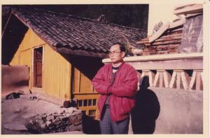 站在米亚罗藏区,大晴天仍阻挡不了边域的寒冷。