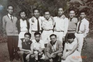 前排左一:刘戈摄于金马仑高原