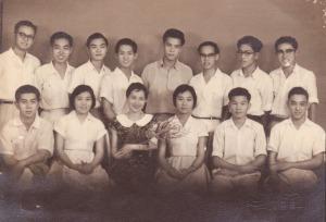 白垚(后排左5)与燕归来(前排左3)及年轻朋友合照